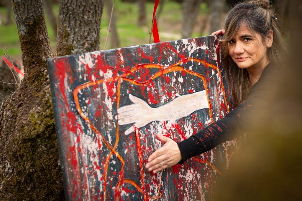 La artista Charo Artadi delante de su obra